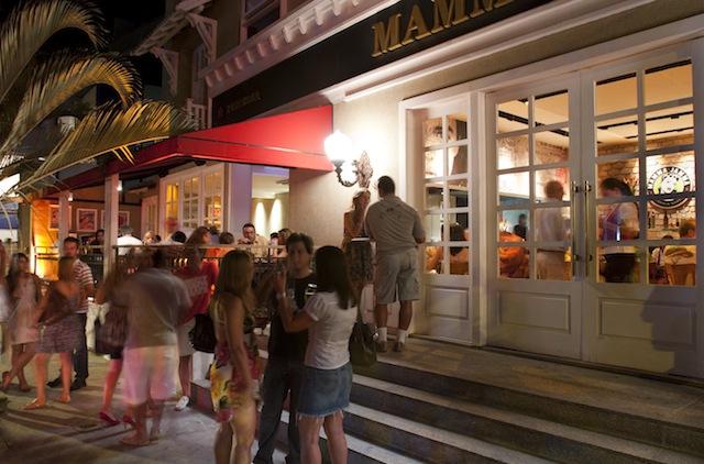 Espanhóis falam alto e jantam às quinhentas: Lisboetas preparam-se para duas noites em claro