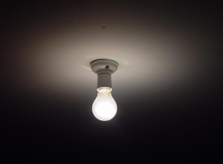 Governo anuncia 0% de IVA na electricidade* (*se não ligar a luz)
