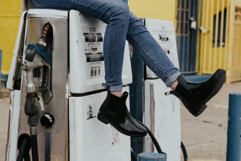 Deixou espirrar combustível para os sapatos, que agora vão a leilão