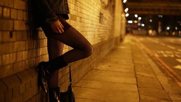 Contribuintes vão tornar-se prostitutas depois de perceber que a elas a GNR só pede uma continência