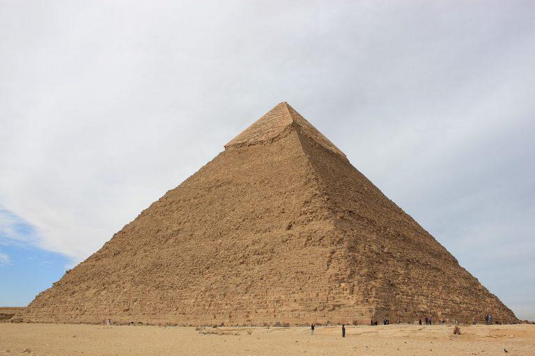 Gabinete de Cavaco explica que ex-Presidente não cumprimentou Marcelo porque teve de regressar à pirâmide