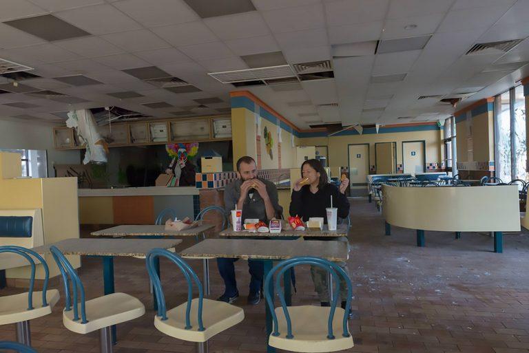 EUA estão a retirar à pressa um pouco por todo o lado: Indivíduo ficou sem dinheiro e sem hambúrguer